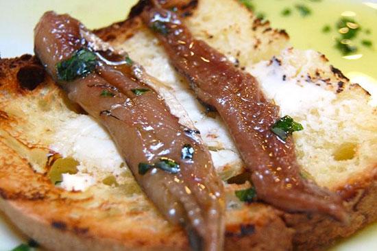 Acciughe del Mar Cantabrico con crostini caldi tostati e riccioli di burro
